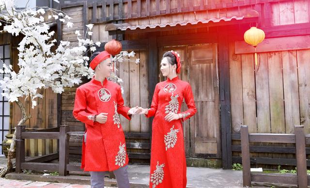 Minh Khang (trái) và Minh Anh (phả) hạnh phúc trong bộ ảnh cưới