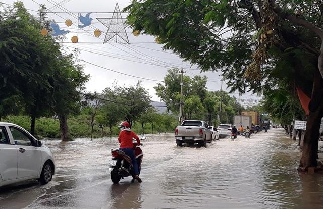 Đường Hùng Vương (TP Quy Nhơn) bị ngập nặng.