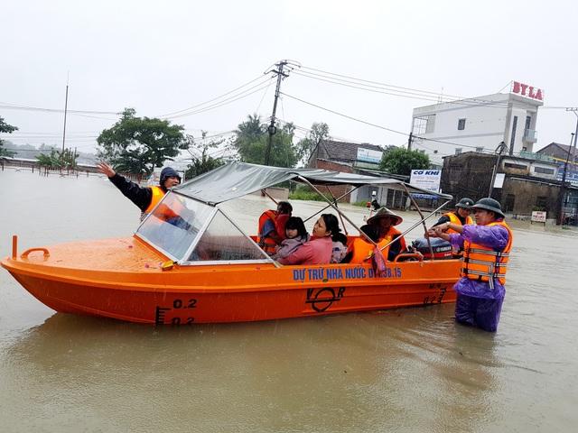 Lực lượng chức năng tỉnh Quảng Nam sơ tán người dân ở xã Tam Đàn, huyện Phú Ninh trong sáng ngày 10/12 đến nơi an toàn