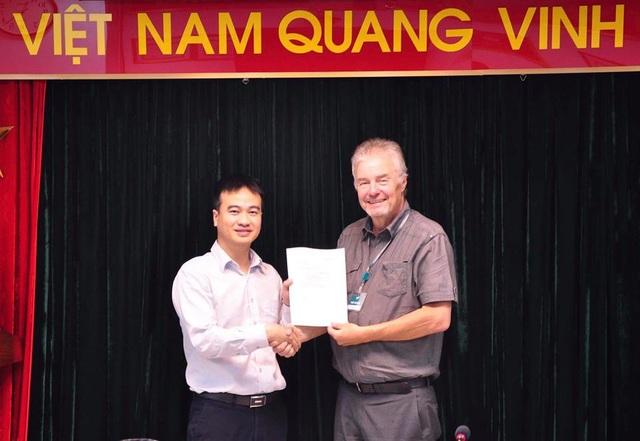 Đại diện cho Công ty TÜV Rheinland, chuyên gia Mr. Bruno Tenhagen trao giấy chứng nhận ISO 27017 cho ông Lê Xuân Quế - Phó Giám đốc Công ty Viettel IDC