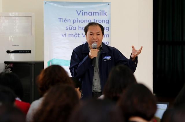 Ông Phan Ngọc Hoan – Giám đốc Phòng phát triển đối tác cộng đồng Vinamilk trả lời các thắc mắc của đại biểu.