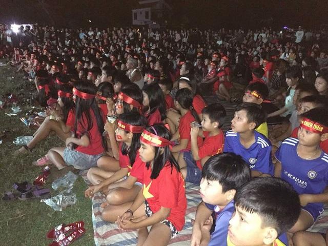 Hàng ngàn người dân đã tập trung về sân vận động xã Cương Gián để cổ vũ cho đội tuyển Việt Nam trong trận bán kết lượt về. Ảnh: Hoa Rơi Cửa Phật)