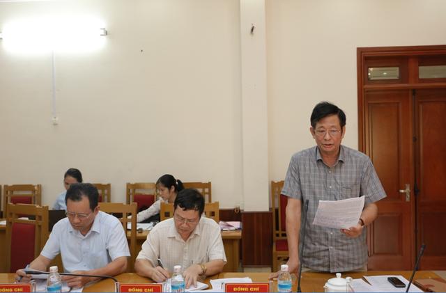 Lãnh đạo huyện Hoành Bồ tại một cuộc họp đã chỉ rõ sai phạm của doanh nghiệp tại một số dự án (ảnh CTTĐT Hoành Bồ)