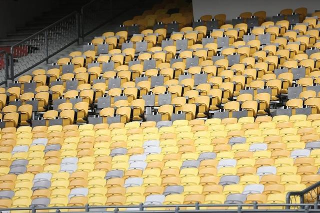Ghế khán đài sân Bukit Jalil được lau chùi sạch sẽ chuẩn bị cho trận đấu ngày mai
