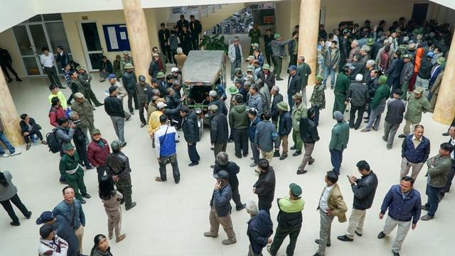 Một số người dân vào trụ sở Liên đoàn bóng đá Việt Nam VFF đòi mua vé.