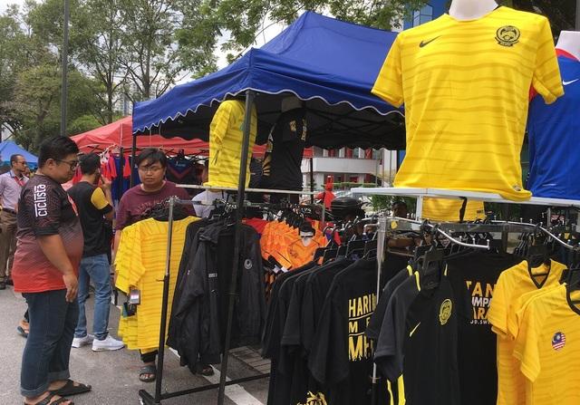 Nhiều gian hàng bán những chiếc áo cho cổ động viên vào sân