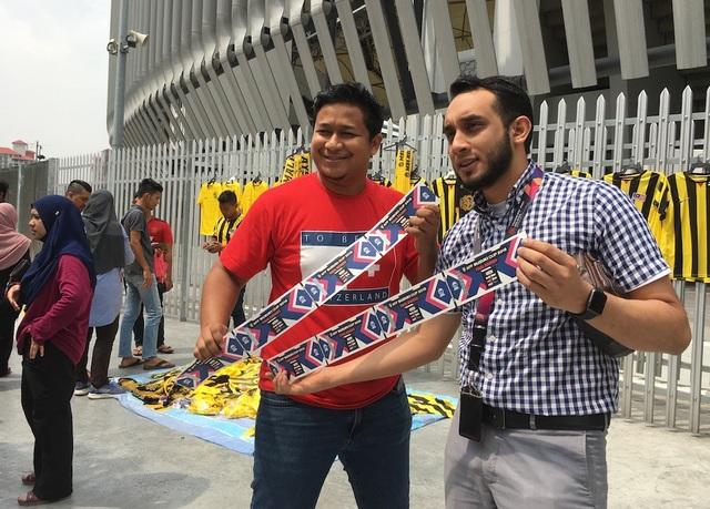 Hai cổ động viên Malaysia khoe vé vào sân