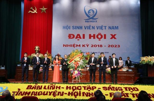 Thủ tướng Nguyễn Xuân Phúc tặng hoa các đại biểu Đại hội toàn quốc Hội Sinh viên Việt Nam khoá 10