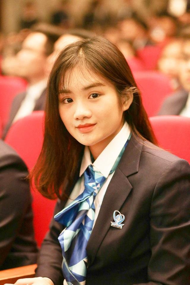 Nữ sinh ĐH Hutech Bùi Minh Anh xinh đẹp trên hàng ghế đại biểu. Bùi Minh Anh cảm thấy vô cùng hãnh diện và tự hào khi trở thành một trong những người đại diện cho hàng triệu sinh viên trên cả nước đi dự Đại hội đại biểu toàn quốc Hội sinh viên Việt Nam lần thứ 10.