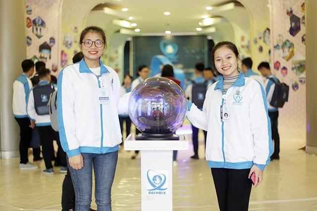 Các đại biểu bị thu hút bởi quả cầu tĩnh điện mang biểu tượng của Đại hội Hội sinh viên 2018.