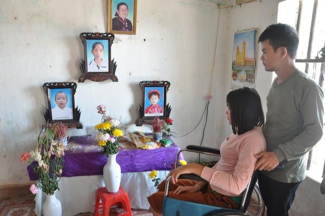 Trên bàn thờ là bà nội Duy, em gái Duy (mất cuối năm 2017) và 2 con gái của em.