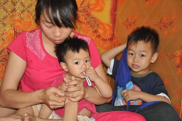 Các con nheo nhóc chưa giúp được gì nên Chiên vừa chăm con, vừa chăm chồng.