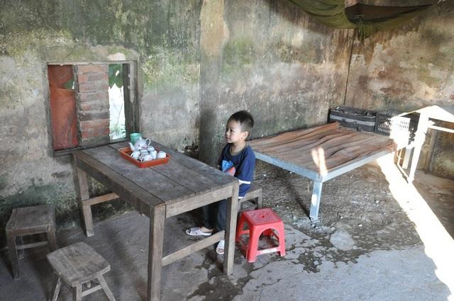 Cậu bé Đại Nghĩa khoe bàn ngồi uống nước của cả nhà.
