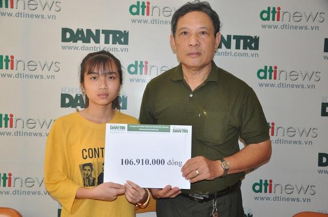 Ông Phạm Huy Thân - Chánh VP báo điện tử Dân trí trao quà cho cô bé Thảo.