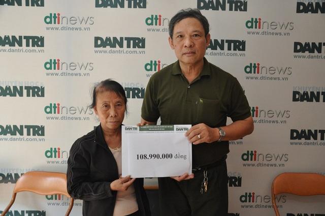 Ông Phạm Huy Thân trao quà cho mẹ Hồng tại cơ quan báo điện tử Dân trí.