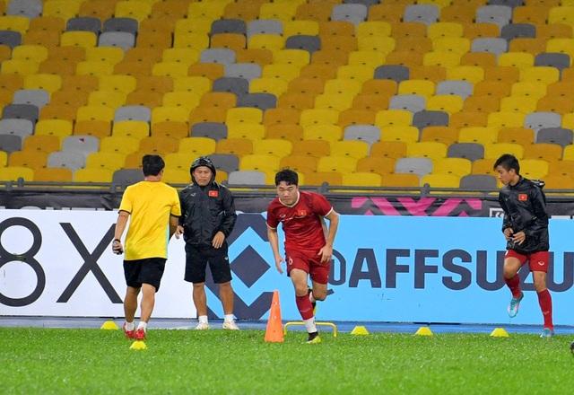 Đội tuyển Việt Nam đội mưa tập luyện chờ đấu Malaysia - 9