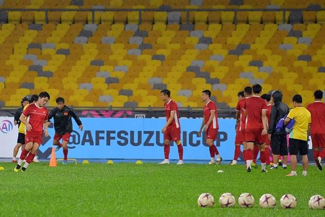 Đội tuyển Việt Nam chăm chỉ luyện tập dưới trời mưa