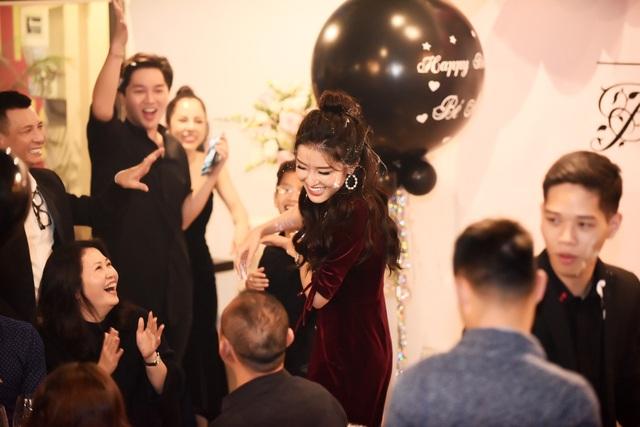 Kết thúc buổi tiệc sinh nhật như thường lệ là màn chát bánh kem lầy lội của Huyền My lên mặt các khách mời.
