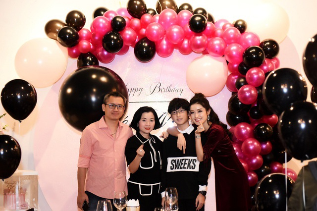 Có mặt trong buổi tiệc sinh nhật của Huyền My là bố mẹ của Á hậu, những người vô cùng thân thiết và luôn đồng hành hỗ trợ cho Huyền My kể từ khi cô lên ngôi Á hậu.