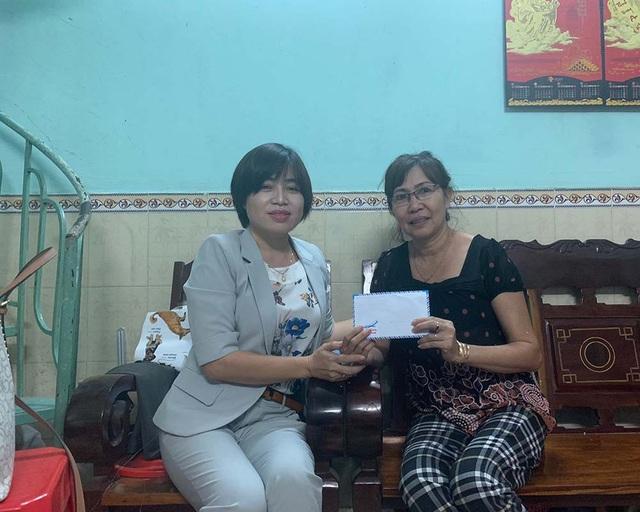 Nhà báo Phạm Tâm - Phó trưởng VPĐD báo Dân trí tại Cần Thơ trao số tiền 10 triệu đồng của bạn đọc hỗ trợ cô Liêu Thị Mỹ Hiếu.