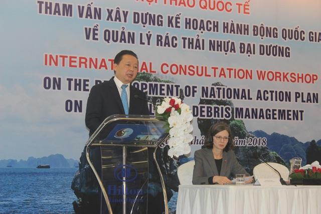 Bộ trưởng Tài nguyên và Môi trường Trần Hồng Hà phát biểu tại hội thảo quốc tế tham vấn xây dựng kế hoạch hành động quốc gia về quản lý rác thải nhựa đại dương. (Ảnh: Thành Đạt)