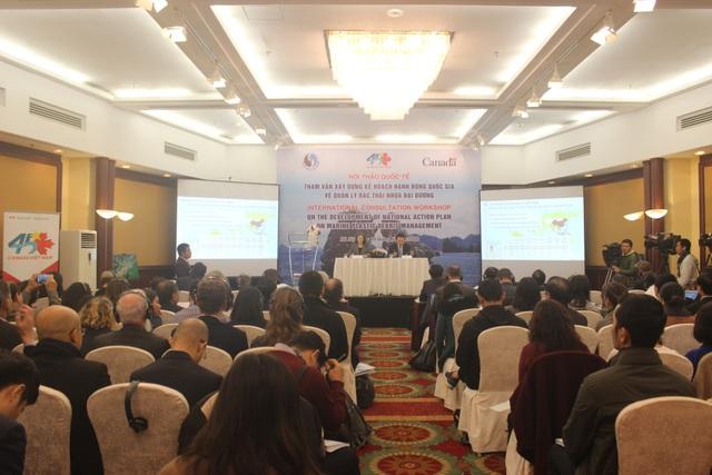 Đông đảo chuyên gia quốc tế chia sẻ kinh nghiệm về xử lý rác thải nhựa đại dương tại hội thảo. (Ảnh: Thành Đạt)