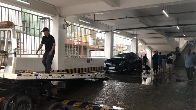 Hút nước, kéo ô tô đi sửa.