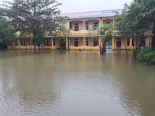 Nước đã bủa vây nhiều trường học tại huyện Phú Lộc và huyện Phong Điền, hàng ngàn học sinh được nghỉ học