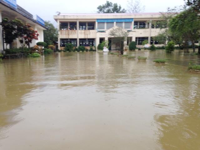 Trường Tiểu học số 1 Lộc Trì (xã Lộc Trì, huyện Phú Lộc, Thừa Thiên Huế) nước ngập hết sân trường vào sáng 10/12.