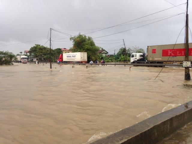 Đoạn quốc lộ 1 qua xã Lộc Trì và thị trấn Phú Lộc bị nước ngập do khối lượng lớn nước từ núi Bạch Mã đổ về