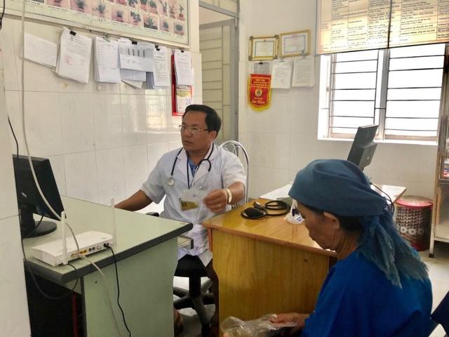 BS Hải cập nhật thông tin bệnh nhân vào hệ thống phần mềm và đọc được những lần khám trước của bệnh nhân. Ảnh: H.Hải