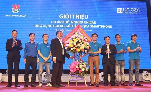 Lãnh đạo tỉnh Nghệ An tặng hoa chúc mừng dự án khởi nghiệp Unicar - Ứng dụng gọi xe, gửi hàng qua Smartphone.