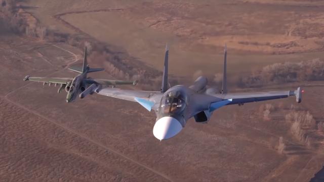Hai máy bay Su-34 và Su-25 của Nga bay theo đội hình. (Ảnh: RT)