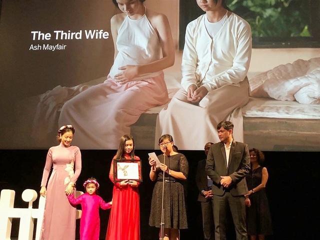 Maya và con gái cùng đoàn phim nhận giải tại liên hoan phim Toronto.
