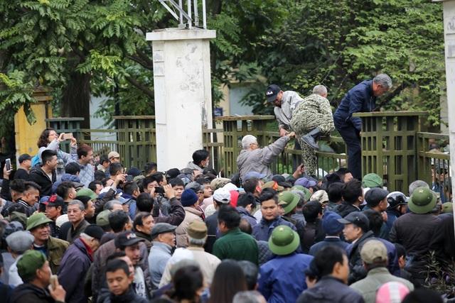 Sau 10h nhiều người đã trèo rào vào bên trong VFF.