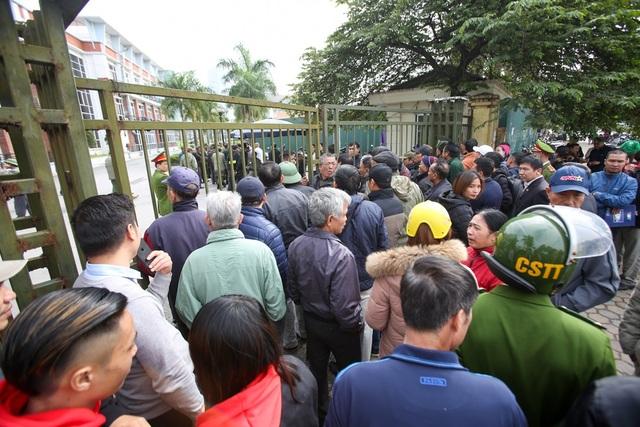 Người dân vượt rào vào trụ sở VFF, đòi mua vé xem chung kết AFF Cup - 5
