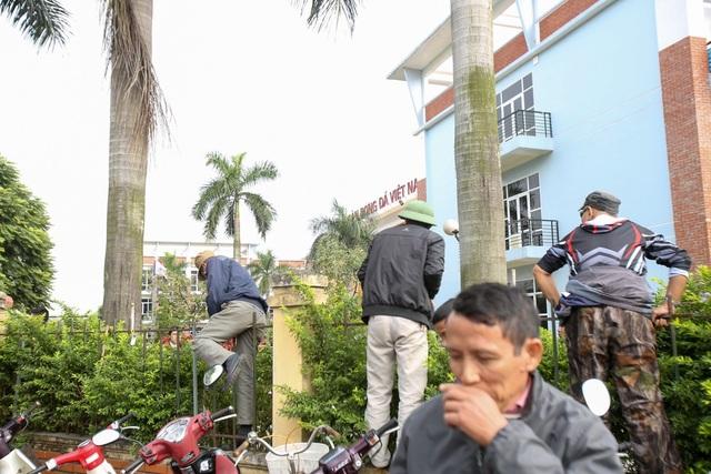 Người dân vượt rào vào trụ sở VFF, đòi mua vé xem chung kết AFF Cup - 9