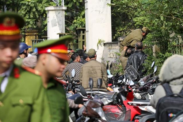 Mặc dù lực lượng công an được tăng cường nhưng nhiều người vẫn bất chấp nguy hiểm trèo vào bên trong trụ sở VFF.