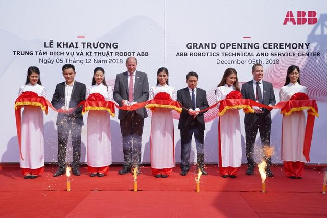 Ông Brian Hull - Tổng giám đốc ABB tại Việt Nam cùng đại diện công ty cắt băng khai trương Trung tâm Dịch vụ và Kỹ thuật Robot ABB.
