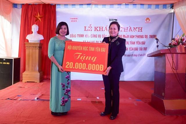 Chủ tịch Hội Khuyến học tỉnh Yên Bái Ngô Thị Chinh trao tặng 20 triệu đồng giúp Trường mầm non Phong Dụ Thượng hoàn thiện Nhà công vụ