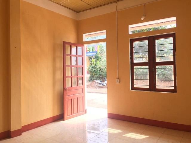 Phòng công vụ được lát gạch hoa, cửa gỗ, trần lợp mái tôn chống nóng, được hỗ trợ giường công vụ và quạt trần