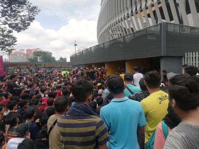 Rất đông cổ động viên Malaysia đã không mua được vé do FAM phân phối