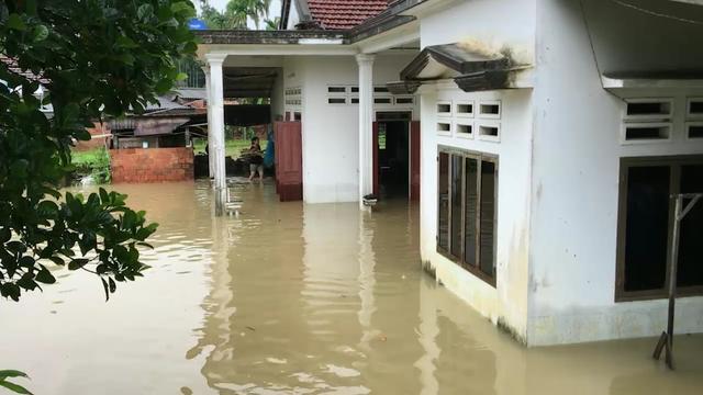 Theo thống kê của BCH PCTT&TKCN huyện Đức Phổ, có khoảng 1.019 nhà dân bị ngập sâu từ 0,5 - 1 m.