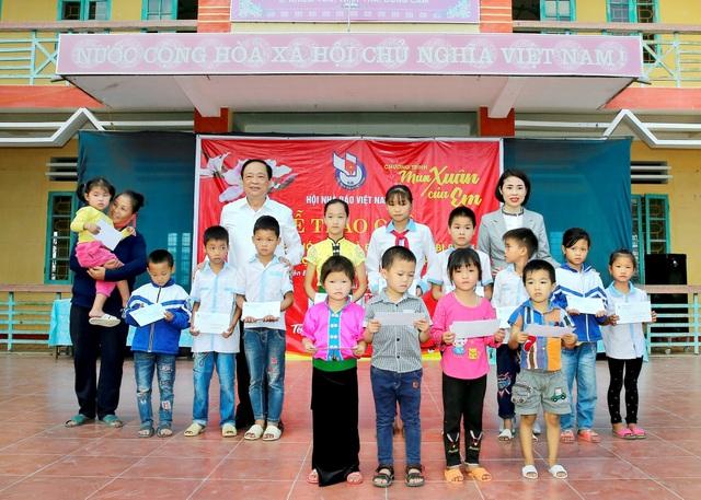 Ông Mai Đức Lộc, Phó Chủ tịch Hội Nhà báo Việt Nam trao học bổng cho các em học sinh tại xã Nghĩa Lợi