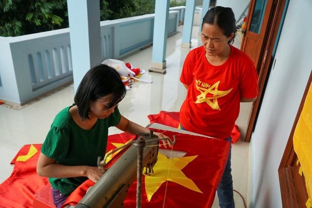 """""""Tôi đặt niềm tin tuyệt đối vào đội tuyển Việt Nam sẽ thi đấu tốt và có kết quả cuối cũng như mong muốn của người hâm mộ, chị Nhung bình luận về bóng đá."""