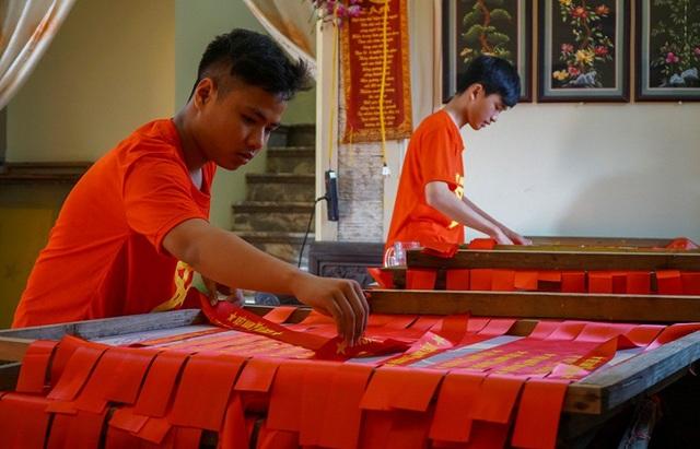Sau mỗi trận thắng của đội tuyển Việt Nam, nhu mặt hàng do làng nghề sản xuất lại tăng cao. Ngoài cờ Tổ quốc, băng rôn và cờ vẫy cũng được mua nhiều.