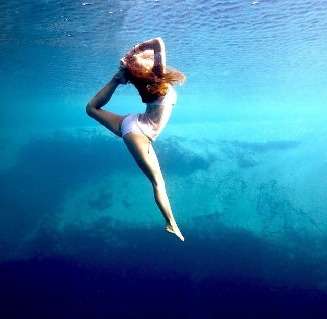 Tư thế Yoga dưới nước đẹp lung linh huyền ảo