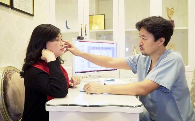 Tiễn sỹ - Bác sỹ Hàn Quốc tại Thanh Hằng Beauty Medi trực tiếp thăm khám và tư vấn cho khách hàng