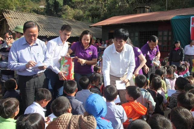 Ban Tổ chức chương trình trao quà cho các em học sinh mầm non và Tiểu học Tà Ghênh