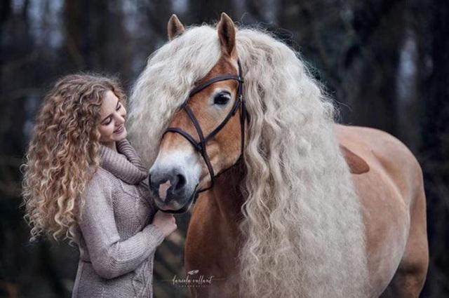 Naomi rất yêu chú ngựa đặc biệt của mình